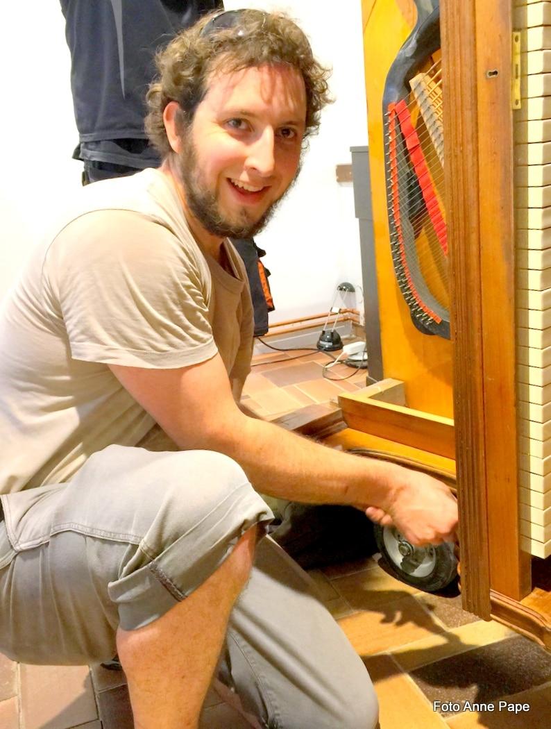 Klavierbaumeister Fabian Leisse bei der Arbeit im MusiCeum