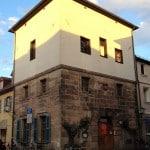 """Unser Unterrichtsgebäude, der historische Wasserturm """"Karzer"""", im Sonnenlicht"""