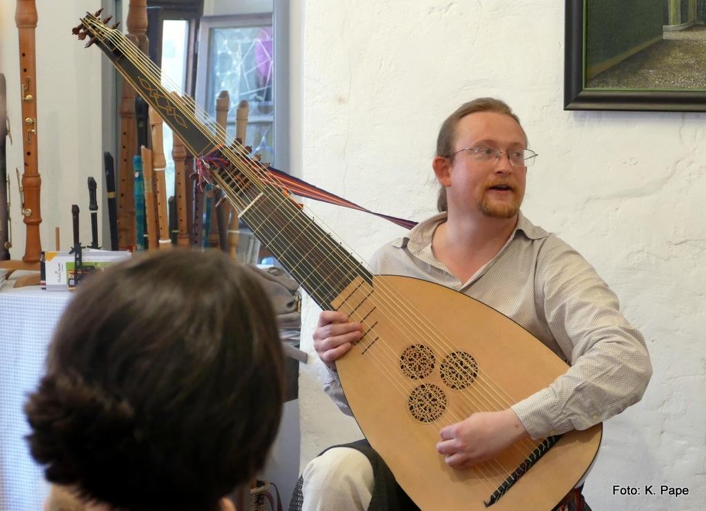 Unser Gitarren- und Lautenlehrer Stefan Haas stellt die historische Laute (Theorbe) vor. Lautenunterricht MusiCeum Erlangen