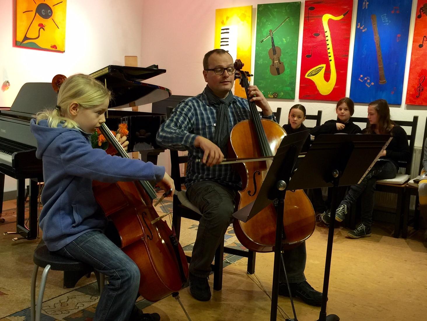 MusiCeum Junge beim Cellounterricht 2016