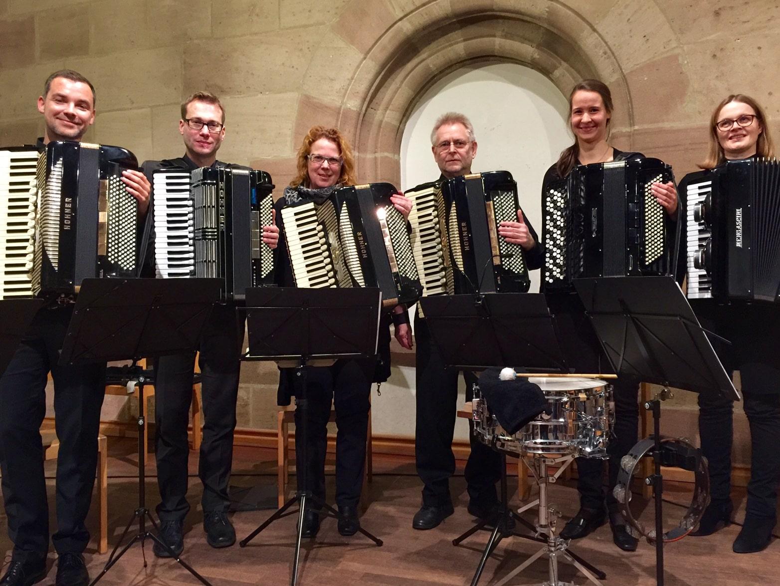 Unsere Akkordeonlehrerin Eva Pauler-Müller (3.v.l.) mit dem Nürnberger Akkordeonensemble