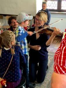 Geigenunterricht mit Kind und Geigenlehrerin