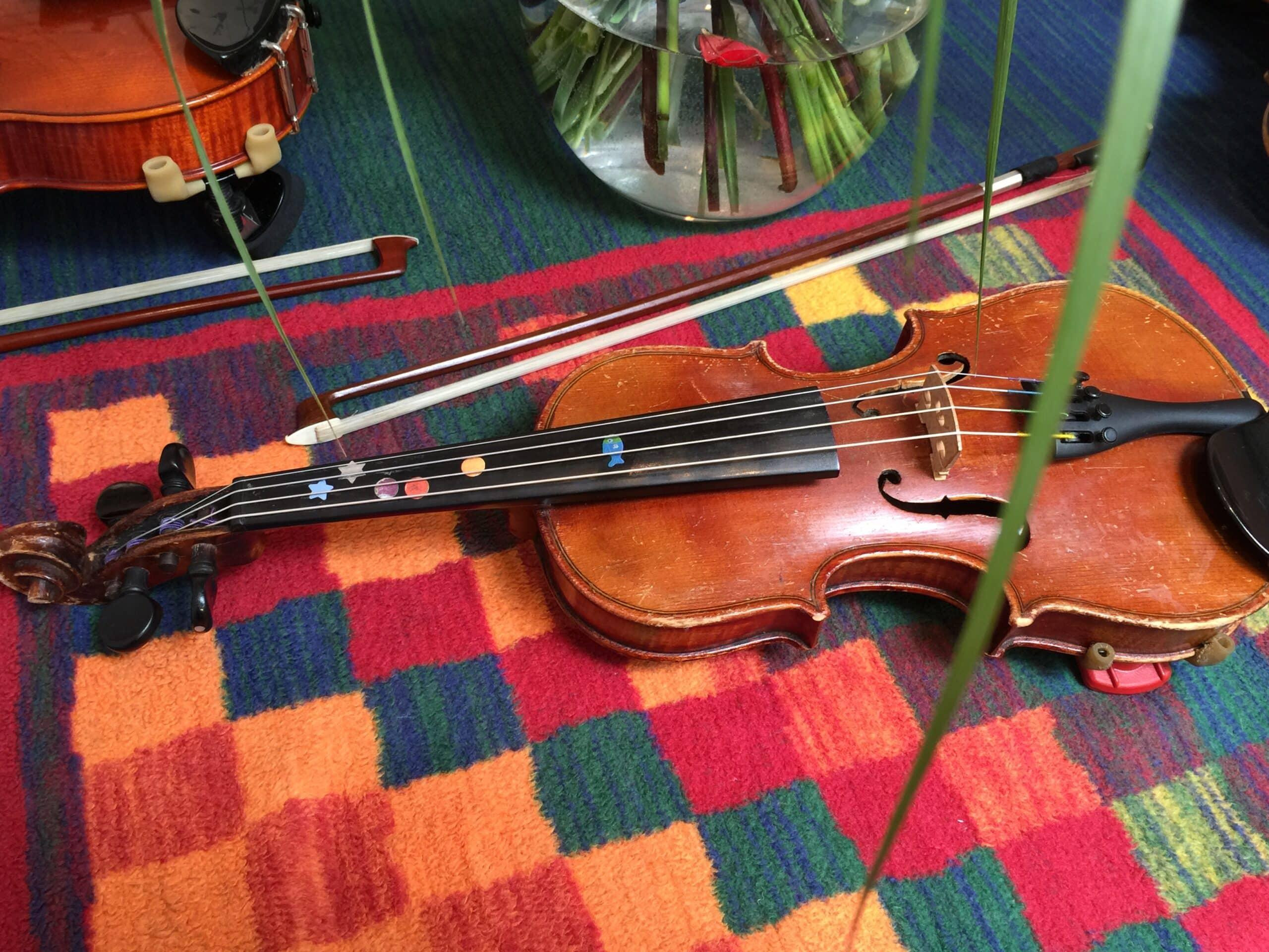 Geigenunterricht Kinder mit Klebepunkten