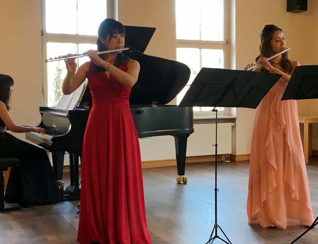 Zwei Flötistinnen im Konzert