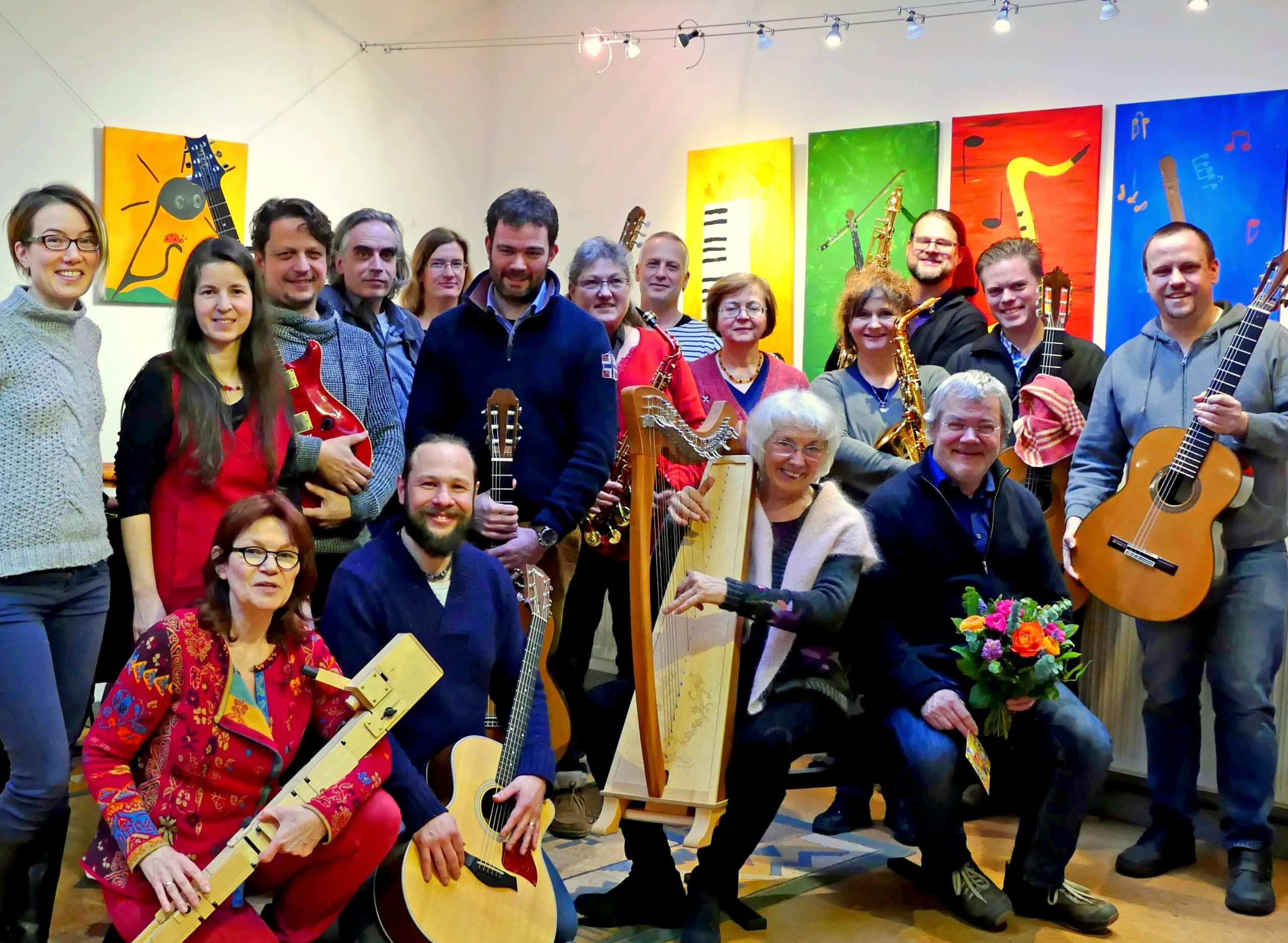 Strahlenede Musiker und Musikerinnen nach Fortbildungskurs