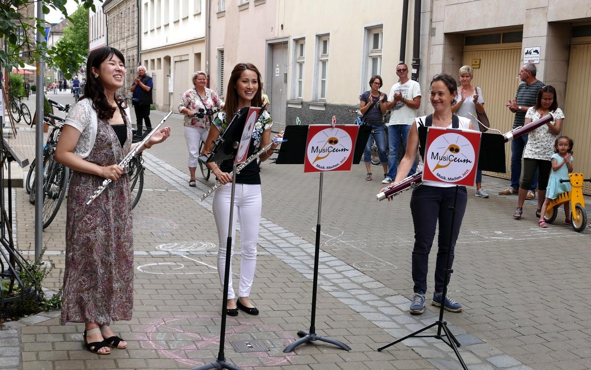 Drei Musikerinnen Straßenmusik vor unserem Gebäude, MusiCeum