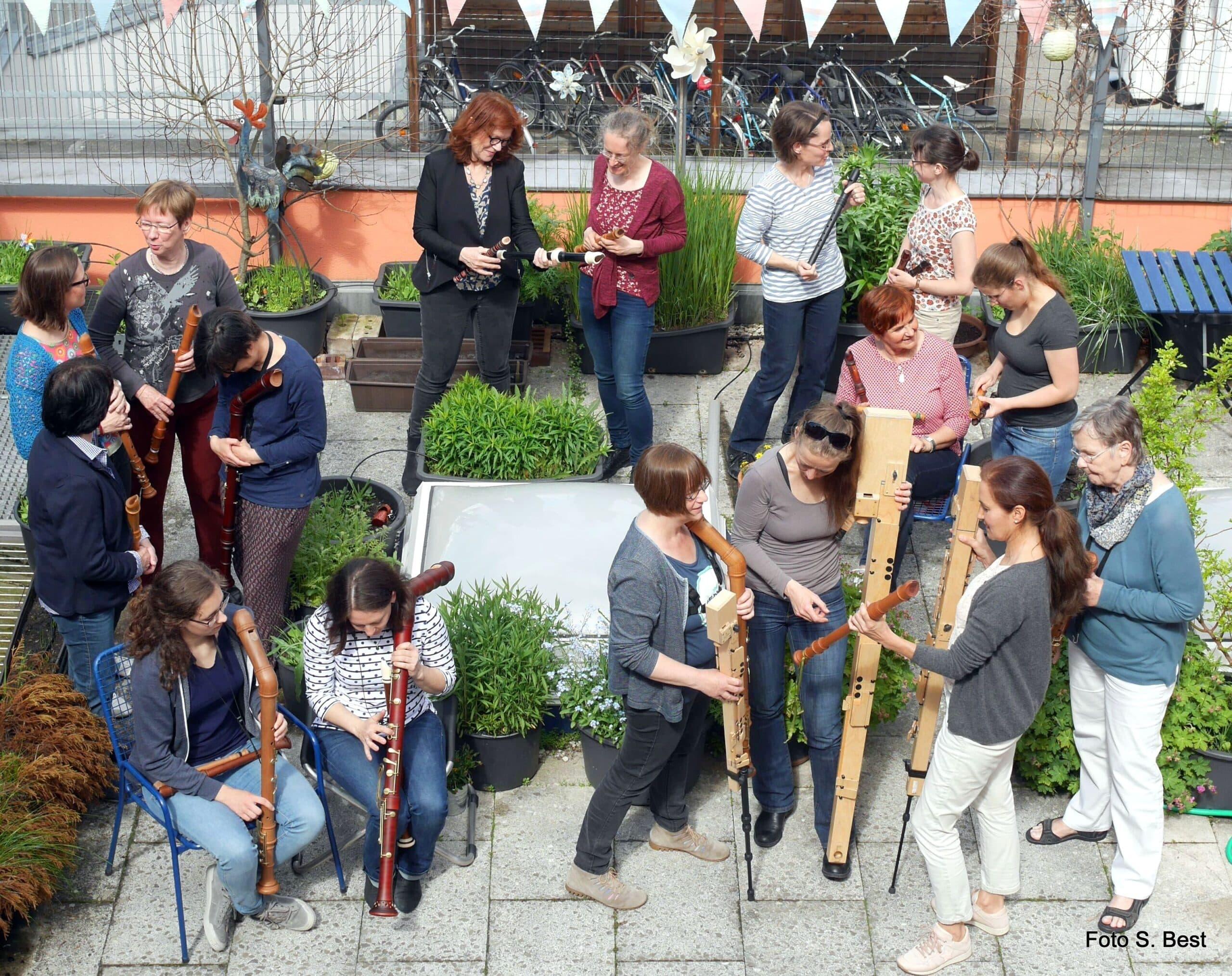 Erlanger Blockflötenorchester 2017 Ltg. Anne Pape, Fachgespräch in der Probenpause