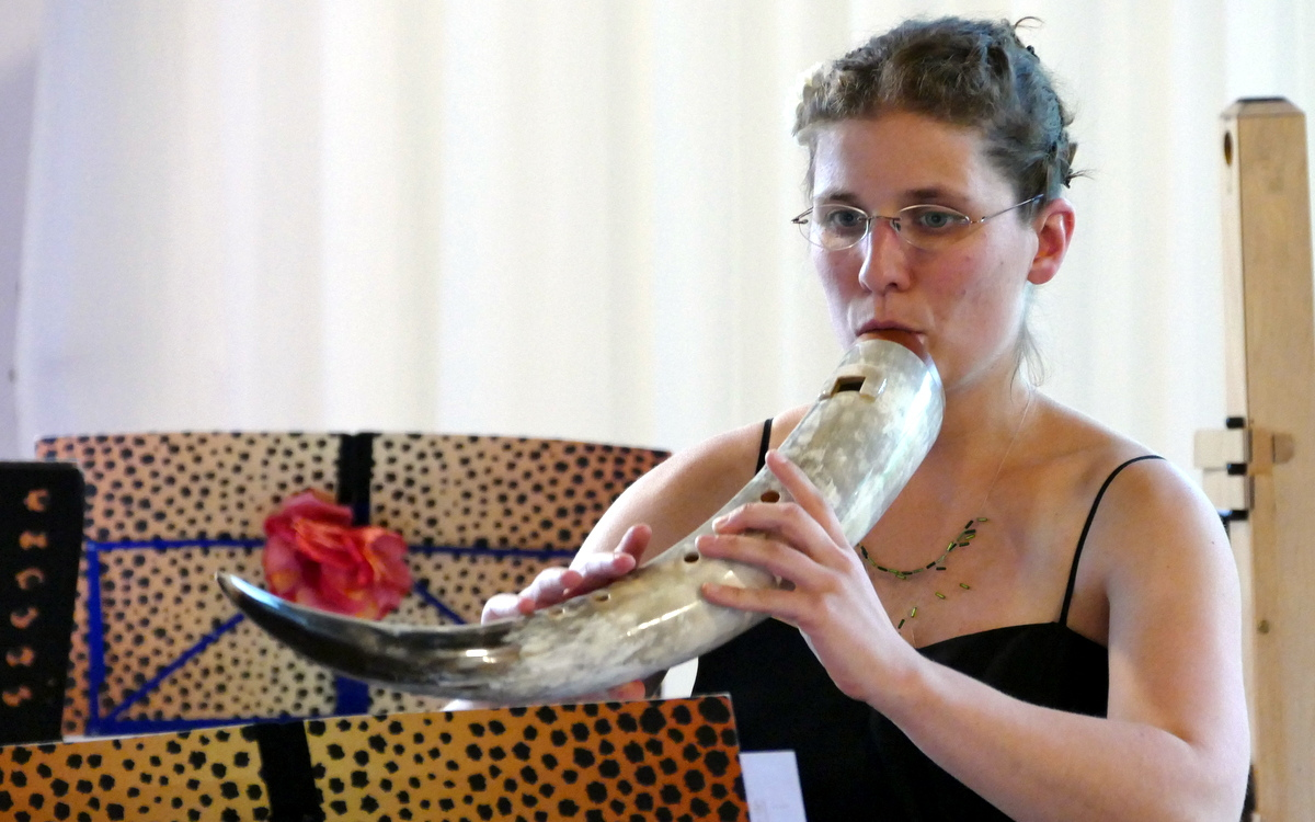 Musikerin spielt Bass - Gemshorn , MusiCeum, Blockflötenklasse Anne Pape