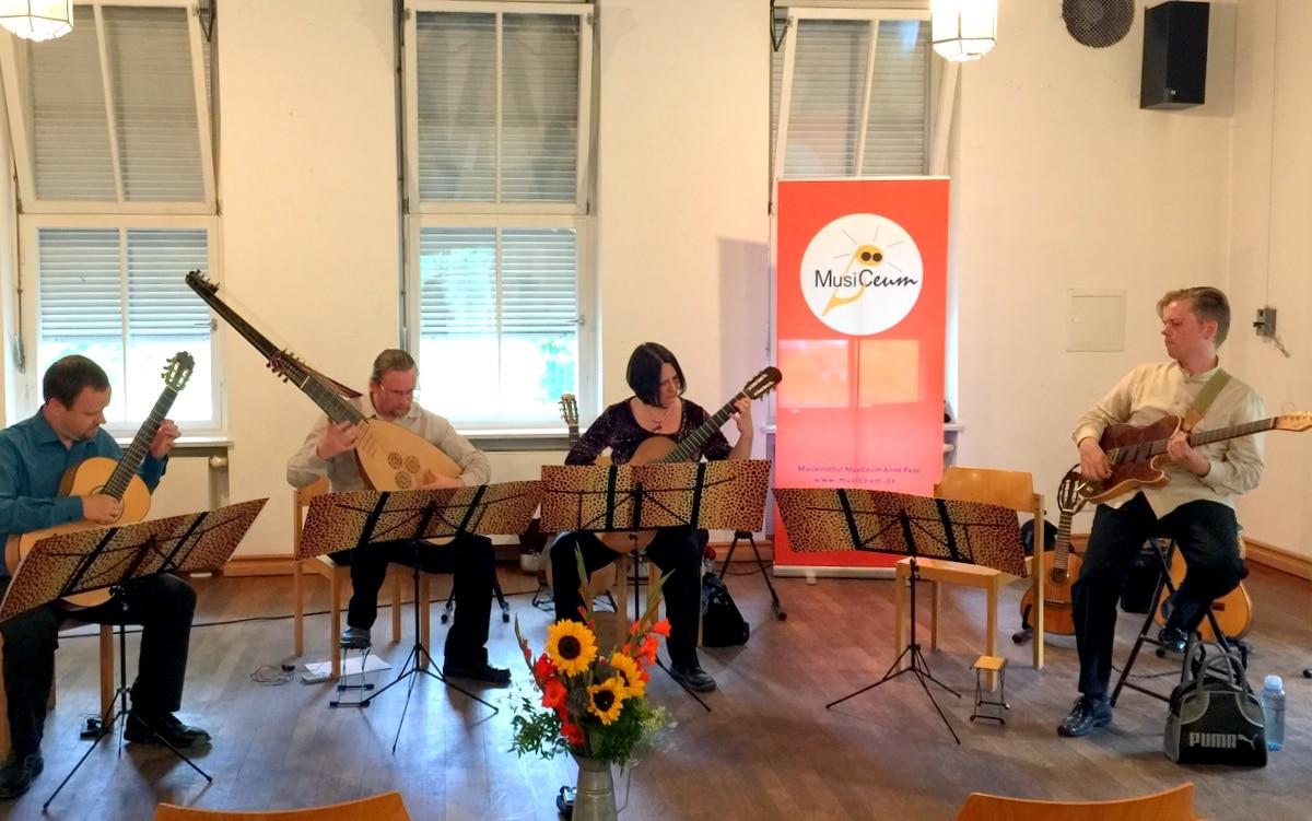 """""""Gitarrenverführungen"""" mit Theorbe, Musiceum Dozenten"""