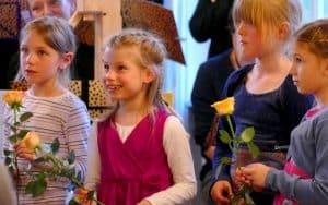 Blumen fürs erste Konzert!, glückliche Musikkinder