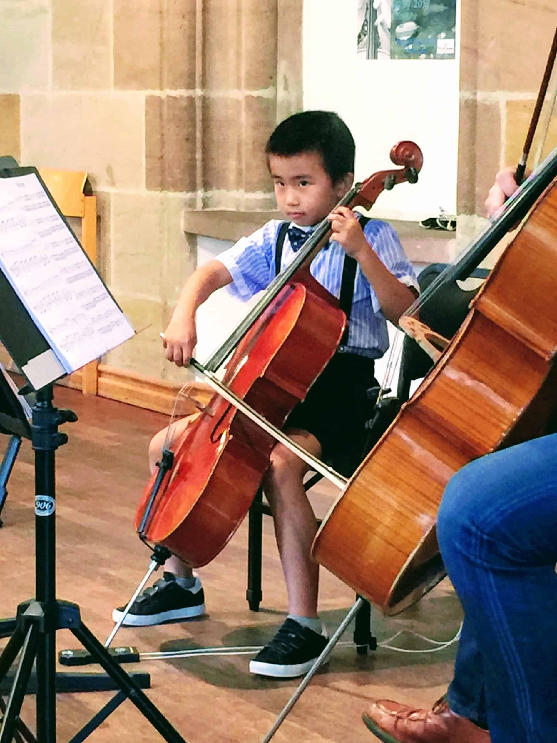 Kleiner Schüler am Cello, MusiCeum
