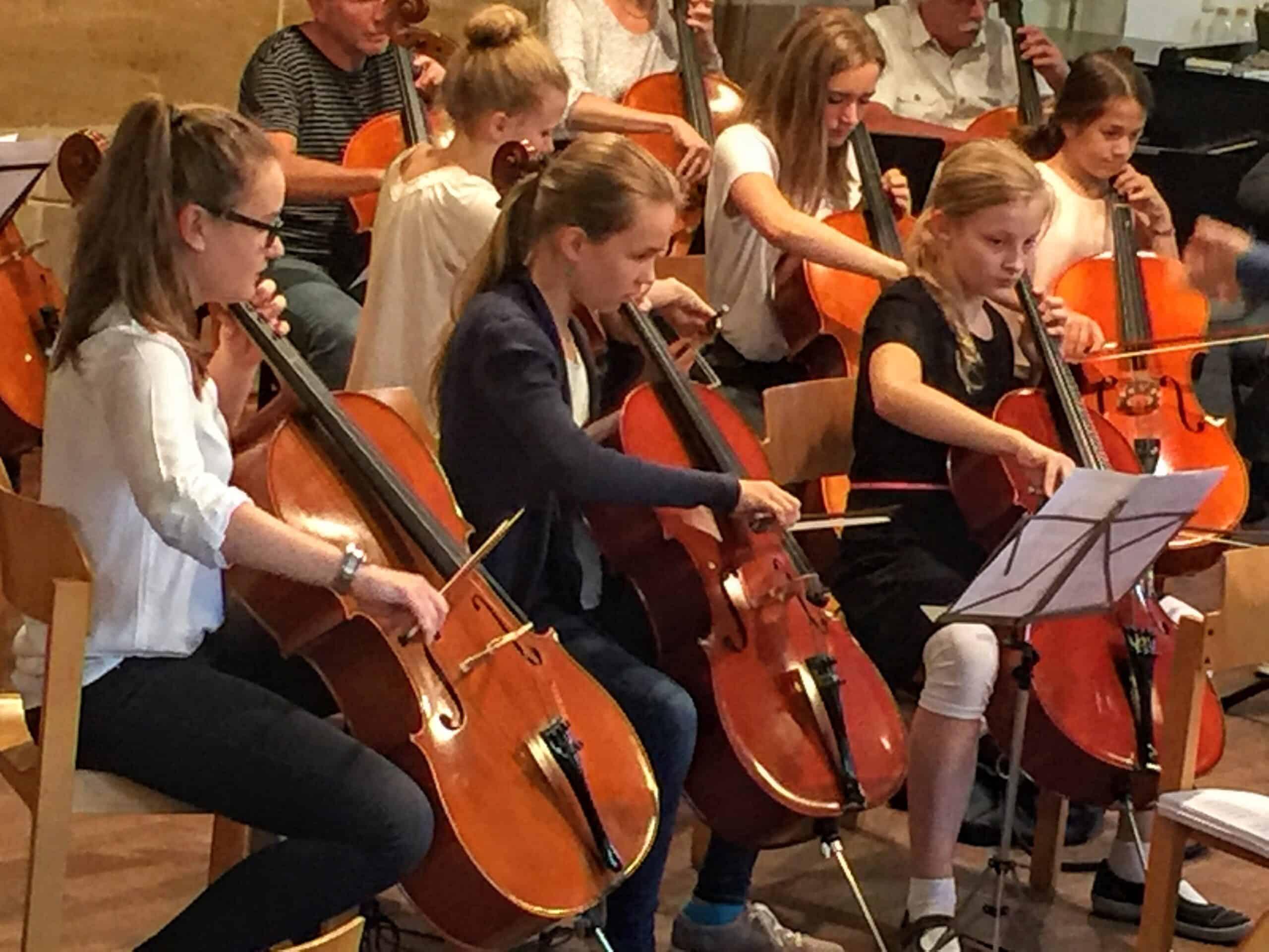 Junge CellospielerInnen konzentriert im Schlussstück, MusiCeum