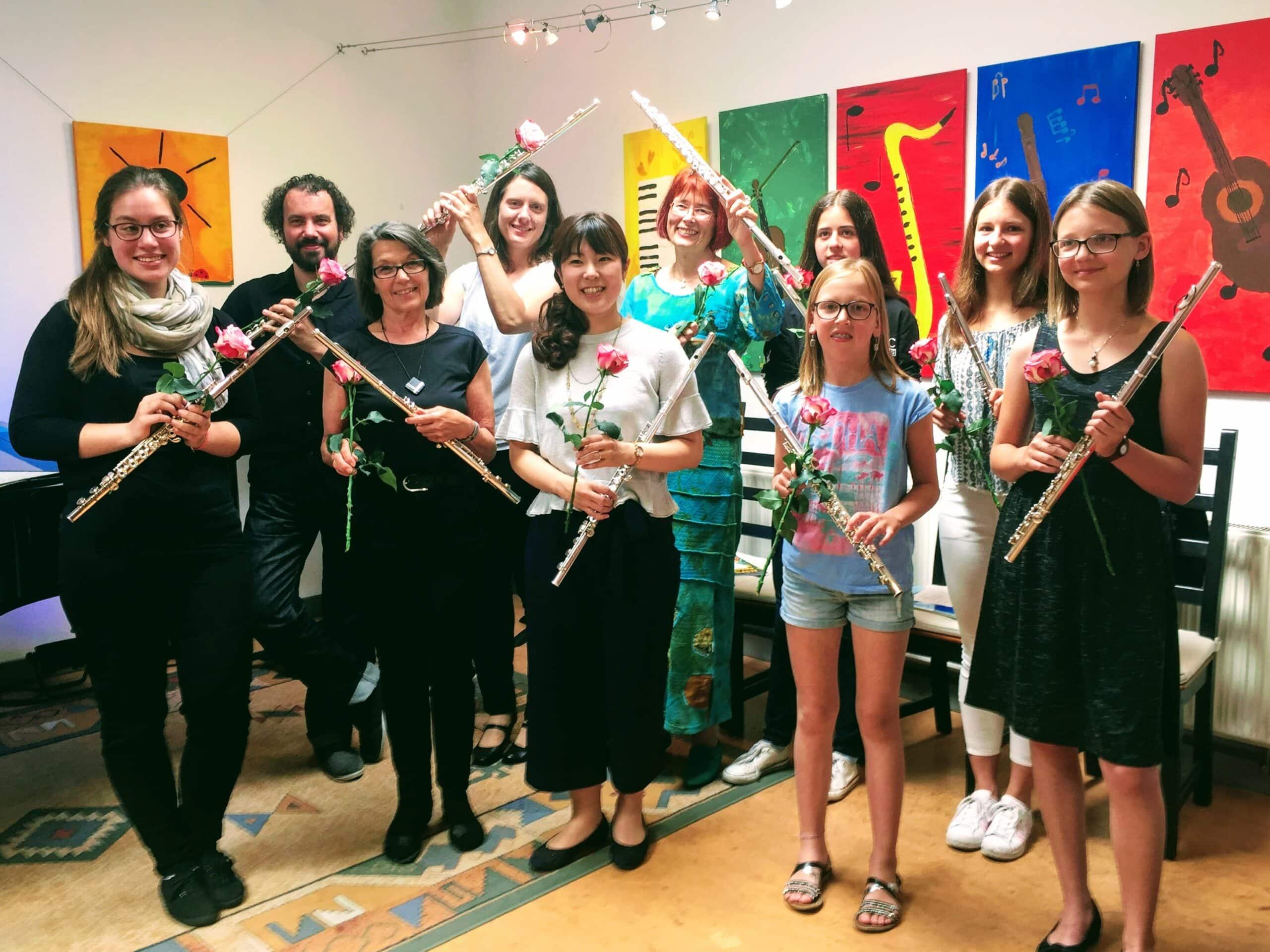 MusiCeum: Querflötenspielerinnen und Querflötenspieler mit Blumen