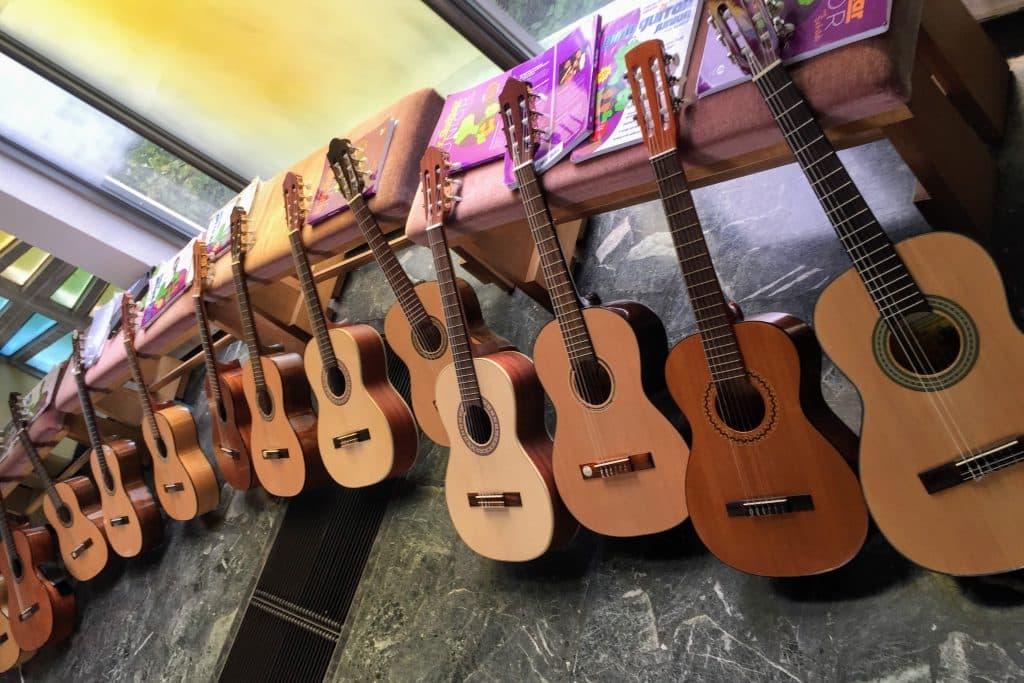 13 Gitarren fürs Vorspiel aufgestellt, MusiCeum
