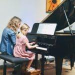 Mit Lehrerin vierhändig am Klavier , MusiCeum
