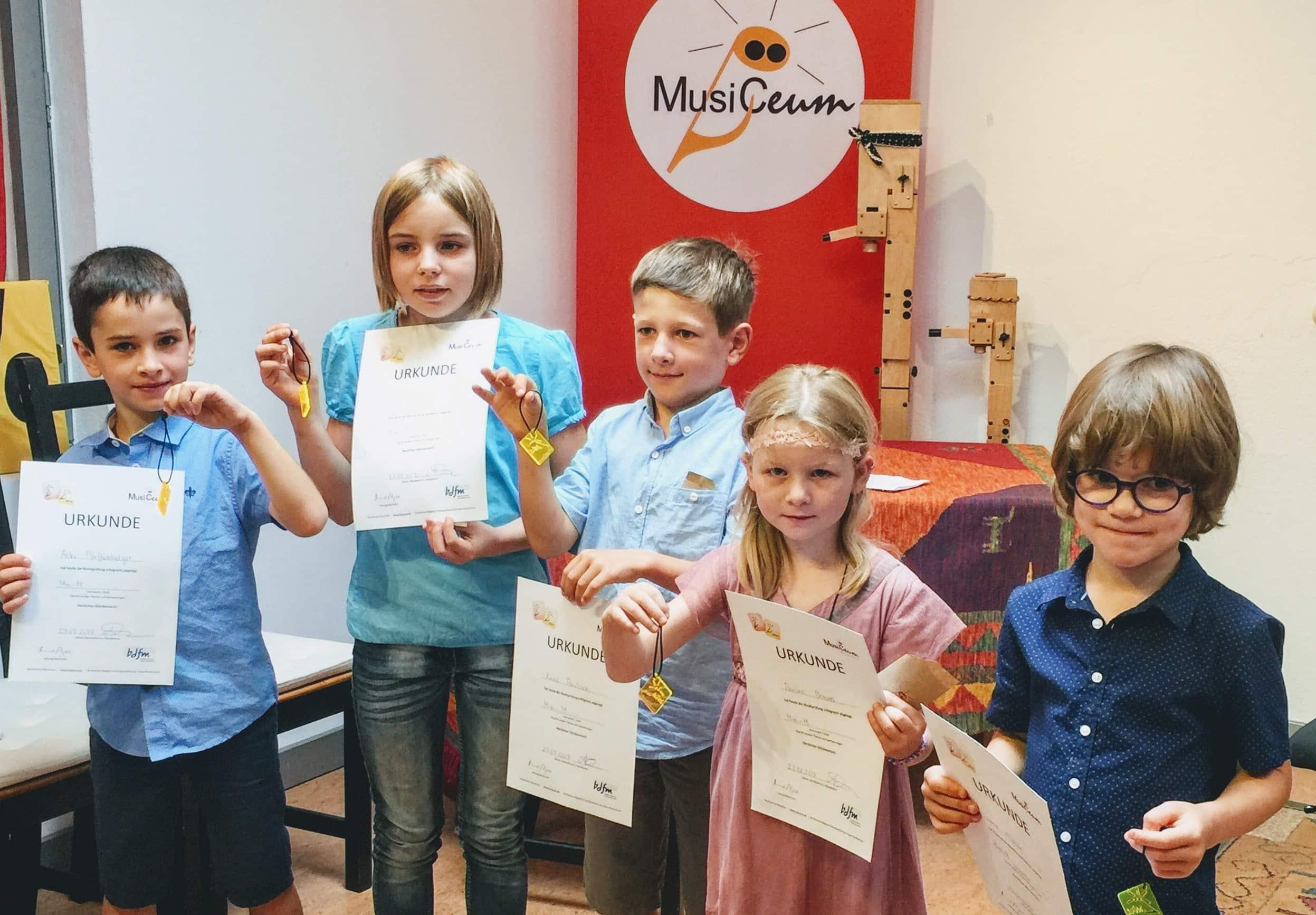 MusikschülerInnen mit Urkunden