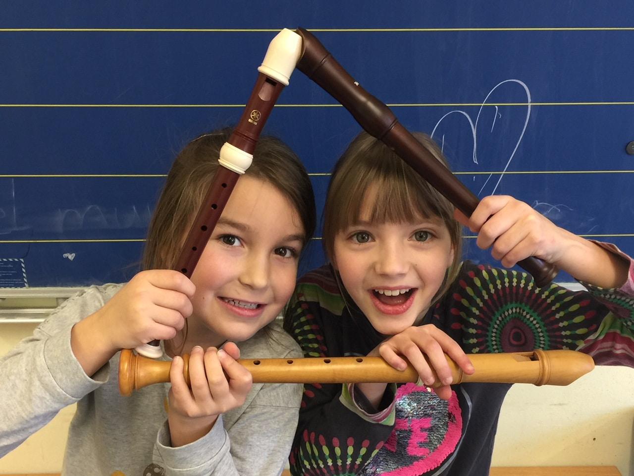 Zwei Kinder mit Blockflöten lustig