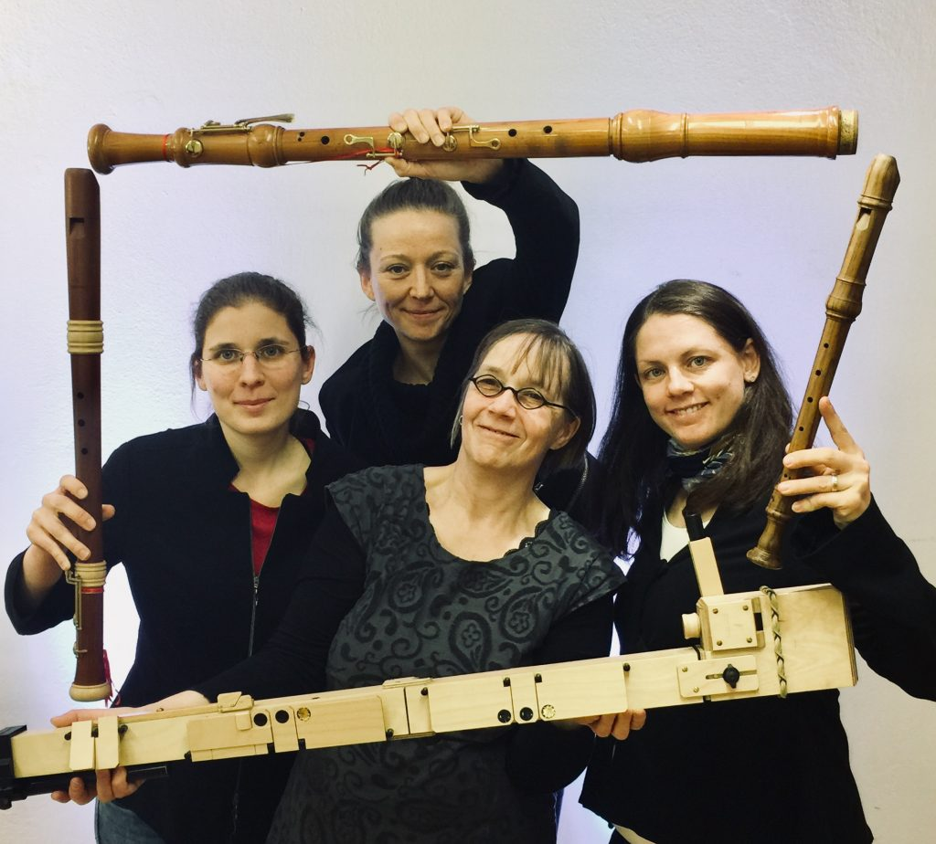 Vier Blockflötenspielerinnen mit Instrumenten