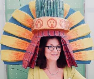 Anne Pape hört Musik unter Fantasiehaube