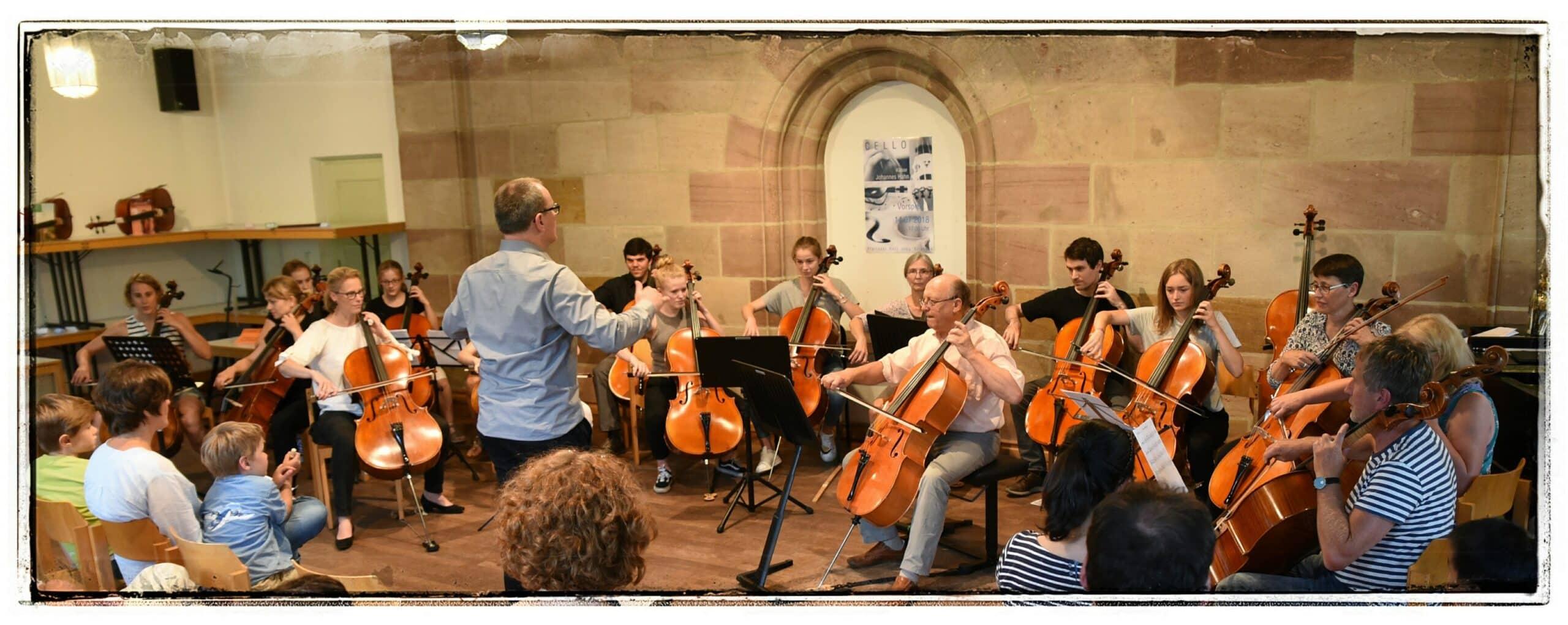 Viele jugendliche und erwachsene Leute Cello spielend