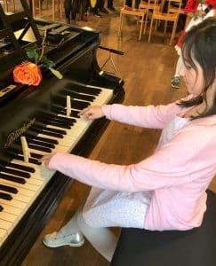 Mädchen spielt an präpariertem Klavier